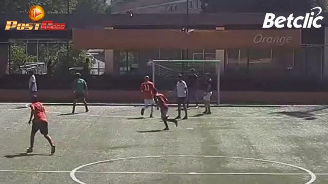il portiere nega la gioia del gol