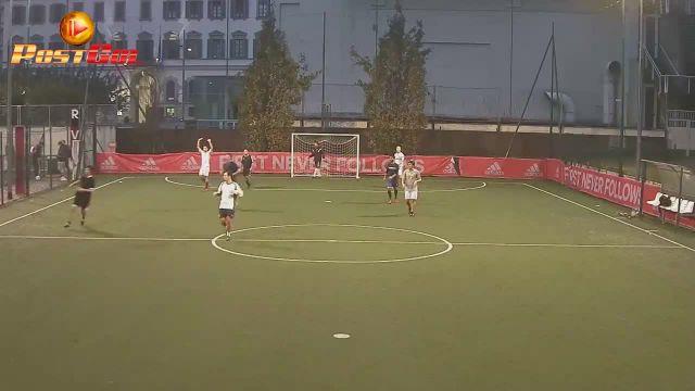 Porta vuota, gol di Roberto spalle alla rete