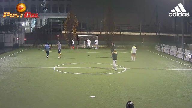 Accarezza la palla e va in gol